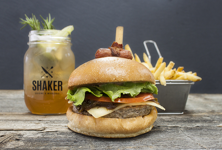 https://www.shakercuisineetmixologie.com/files/2017/03/Burger-Cochonnet-et-cocktail-Chic-Choc-Sling-un-accord-sucré-salé.jpg